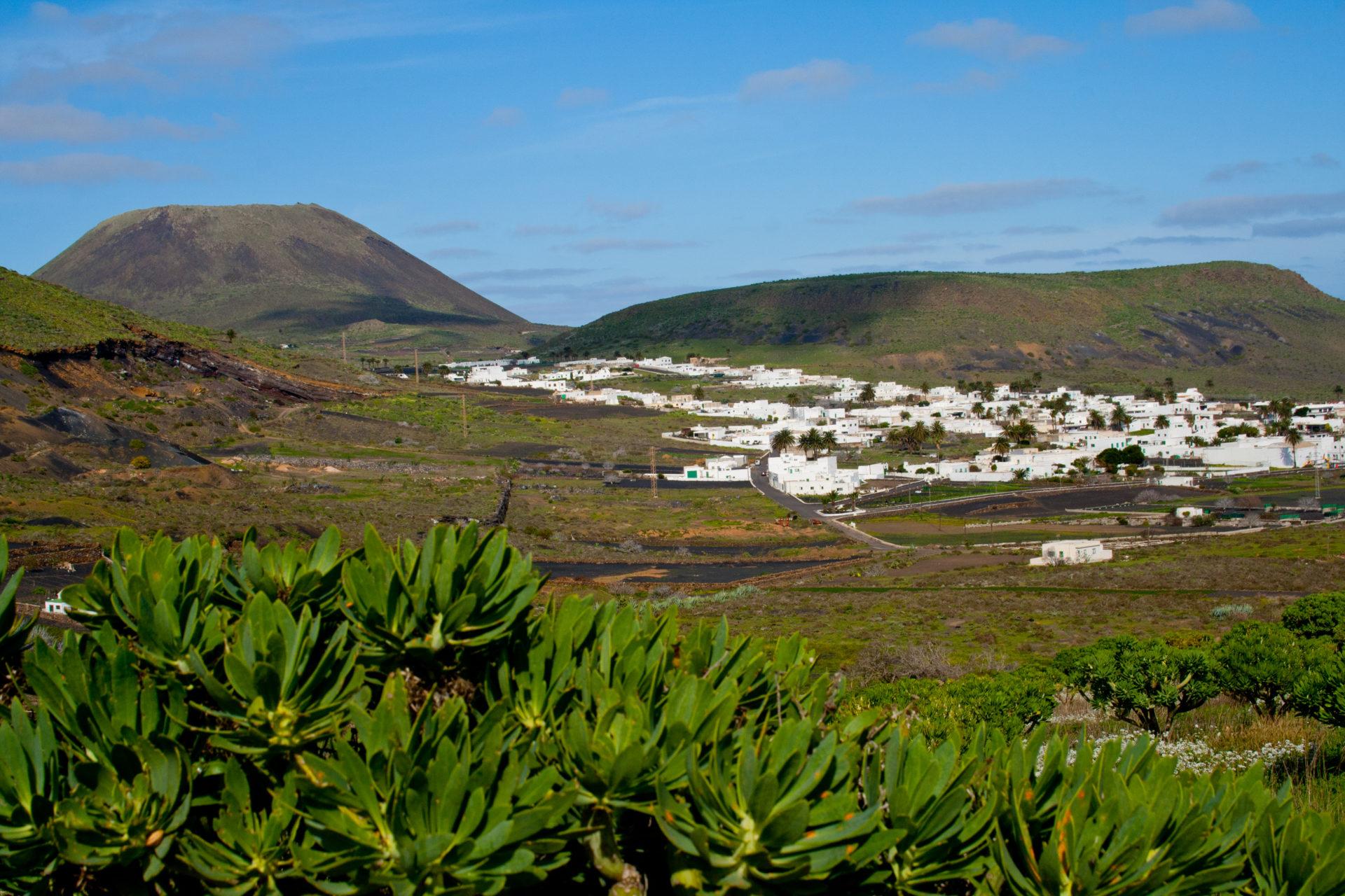 valle haria ruta senderismo volcan de la corona risco famara