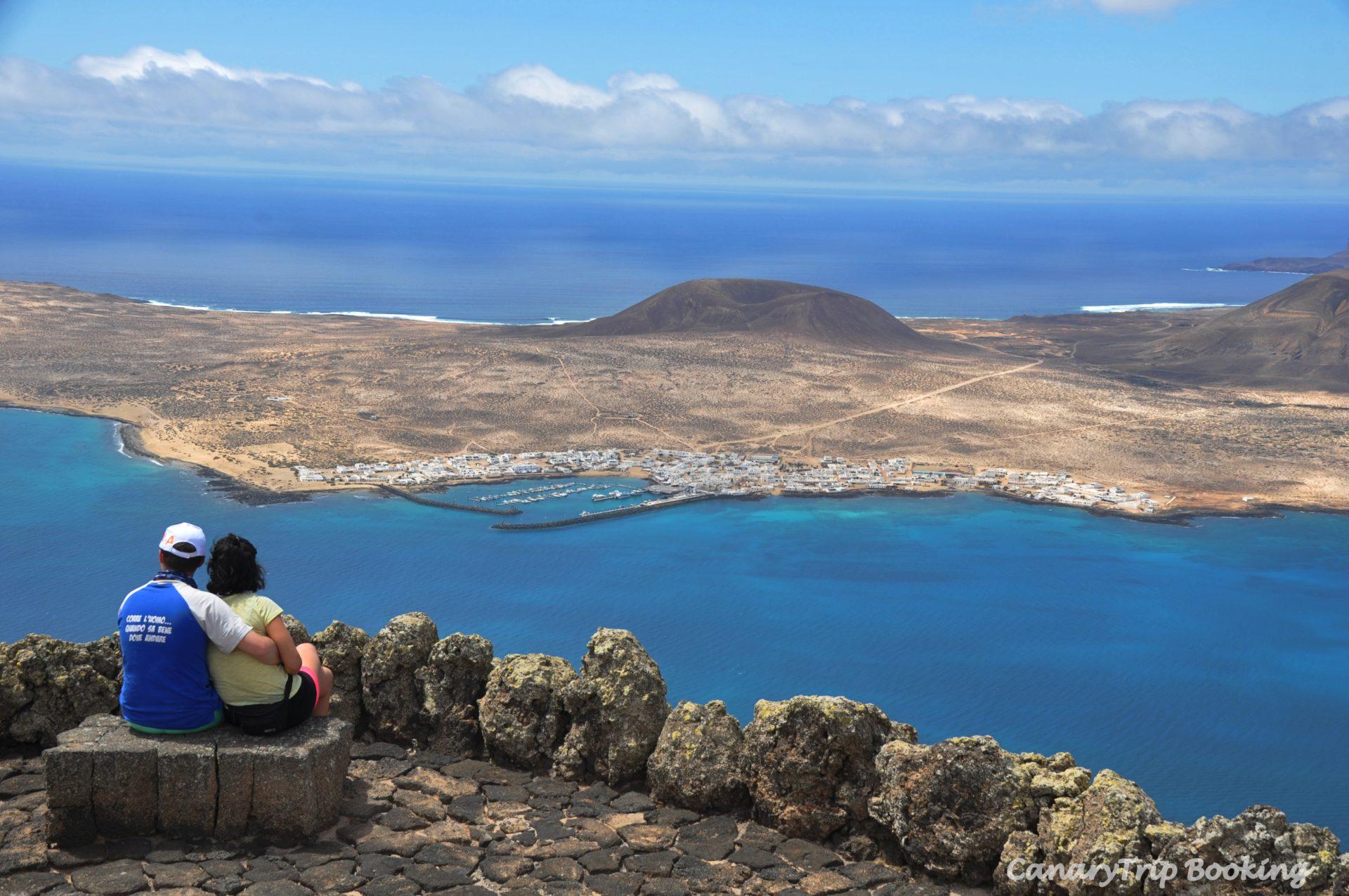 vista-panoramica-la-graciosa-mirador-del-rio-canary-trip-booking