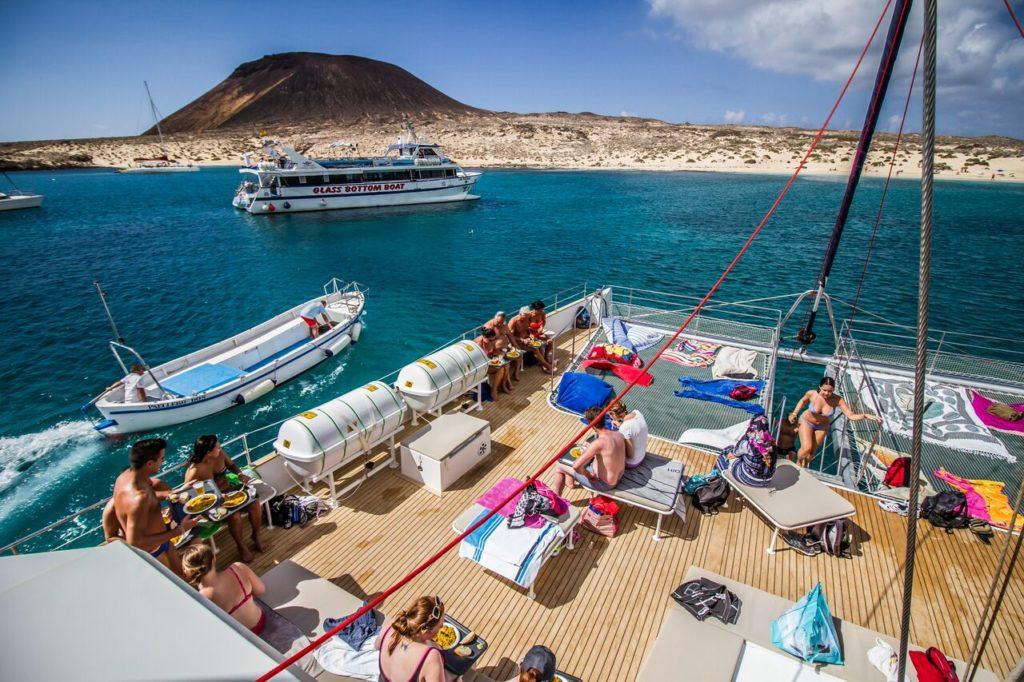 almuerzo en catamaran paseo en barco en la graciosa