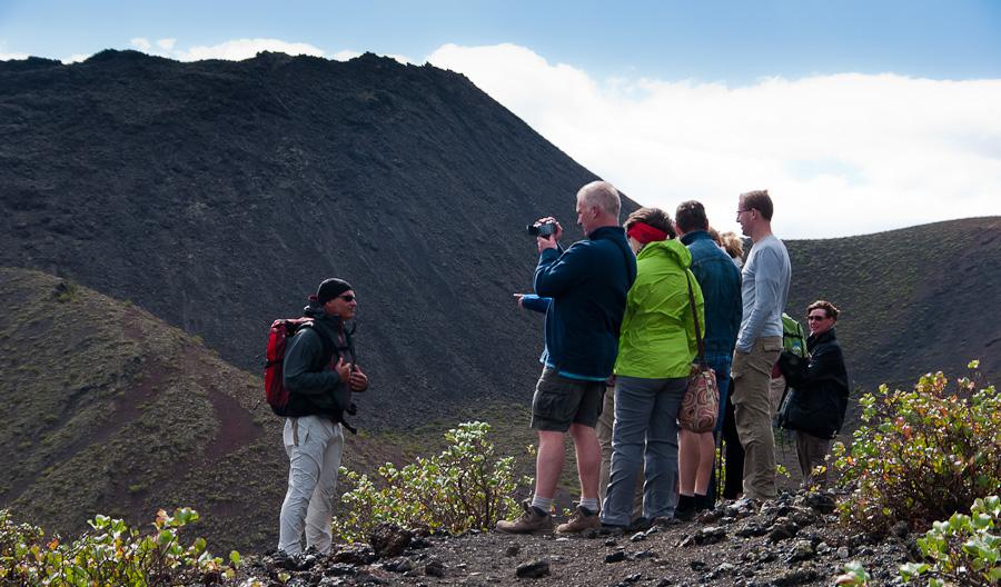 grupo de amigos ruta senderismo lanzarote volcanes